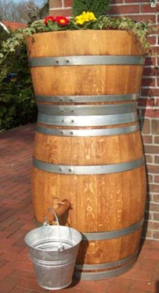 regenton wijnvat met plantenbak bloembak er boven op