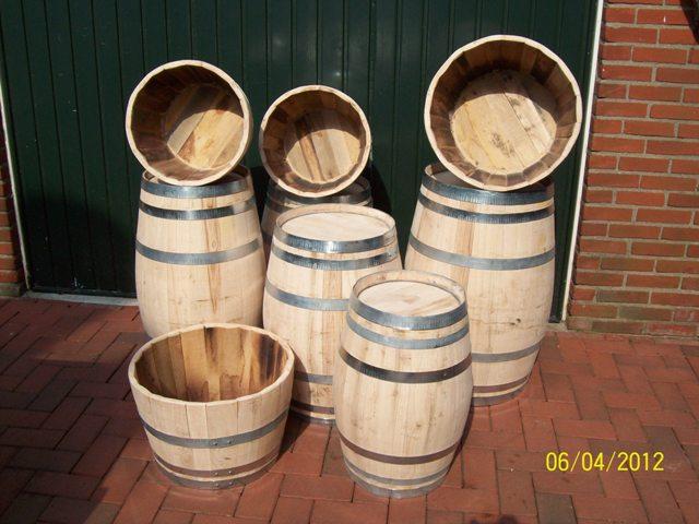 kastanje wijnvaten en bloembakken voor decoratie of als regenton